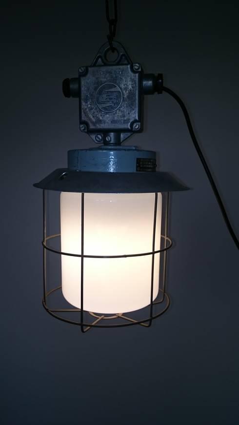INDUSTRIAL LIGHT: industrial Living room by INDUSTRIALHUNTERS