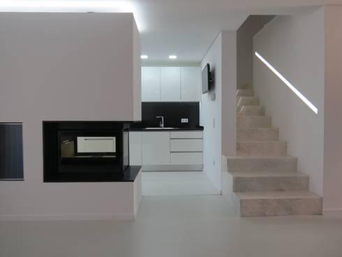 Habitação unifamiliar: Salas de estar minimalistas por Ivo Sampaio Arquitectura