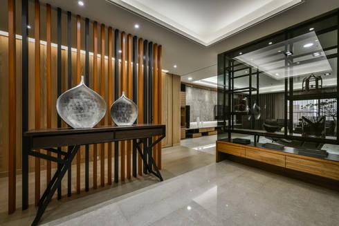 住宅 │ 高雄 德勒斯登 Dresden Lin Residence:  走廊 & 玄關 by 匯羽設計 / Hui-yu Interior design