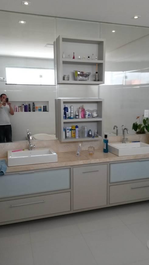 Banheiro Suíte Master: Banheiros modernos por Rmlo Arquitetura . Design . Iluminação