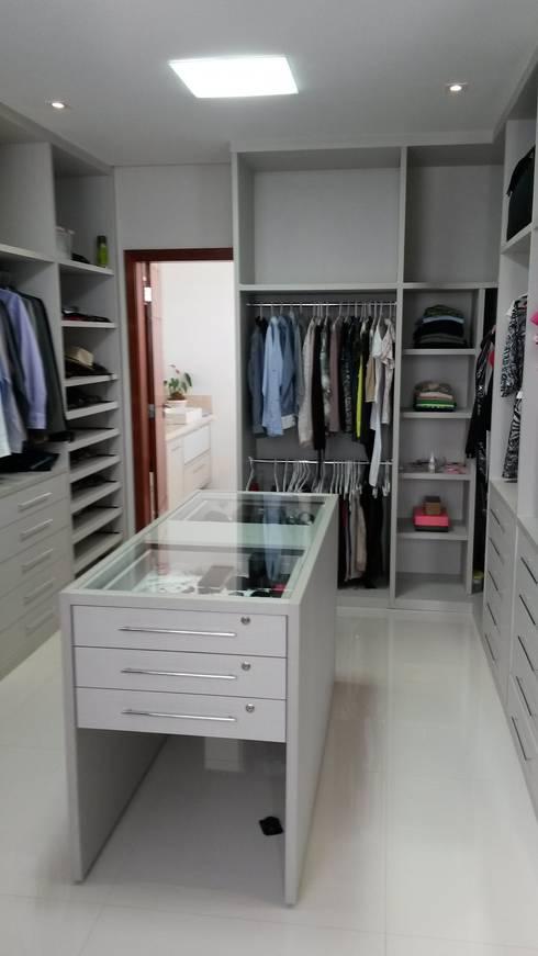 Closet: Closets modernos por Rmlo Arquitetura . Design . Iluminação