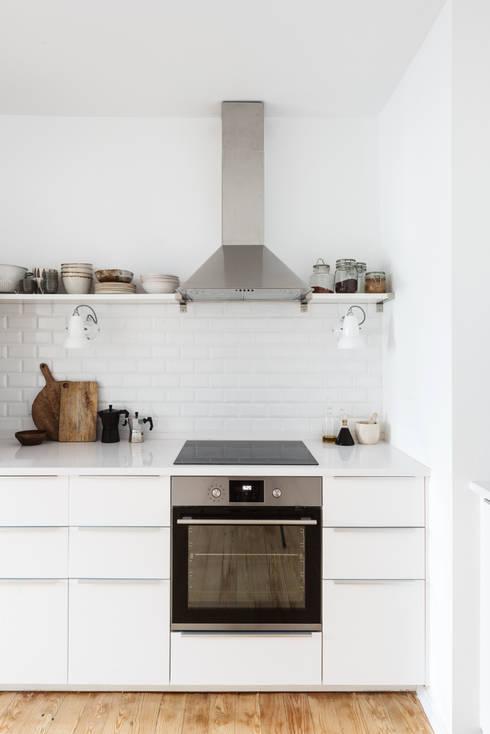 Detalhe de bancada: Cozinhas  por Arkstudio