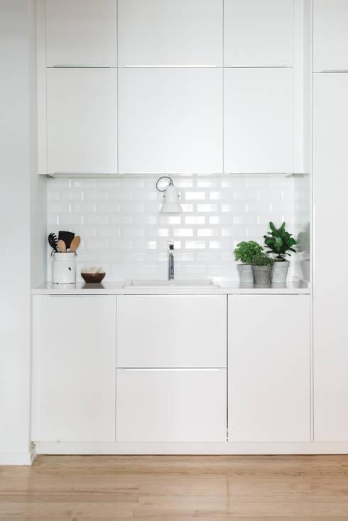 Detalhe lavatório: Cozinhas  por Arkstudio
