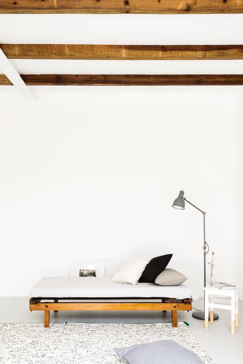 Detalhe da zona de estar: Salas de estar rústicas por Arkstudio