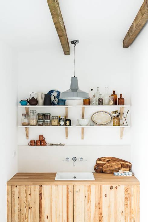 Pormenor da zona de copa: Cozinhas rústicas por Arkstudio