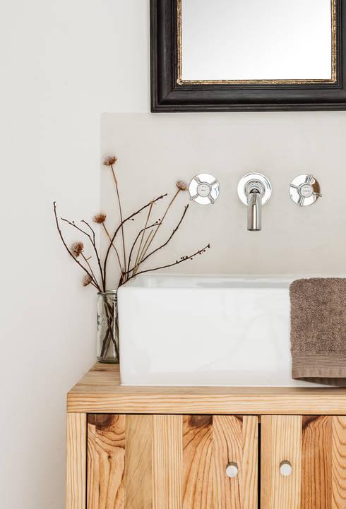 Pormenor das torneiras: Casas de banho rústicas por Arkstudio