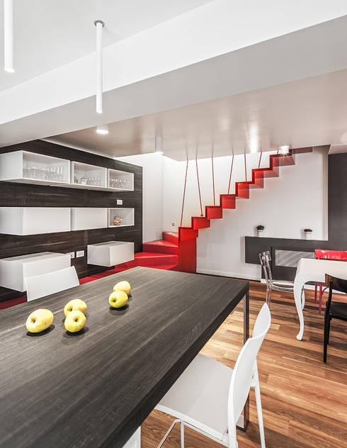 IpoHouse-Costruire sotto: Sala da pranzo in stile  di SANTACROCEARCHITETTI