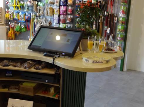 Tresen in ausgefallener Form:  Geschäftsräume & Stores von INTERIORDESIGN - Jedes Geschäft braucht ein Gesicht. Jede Wohnung eine Seele