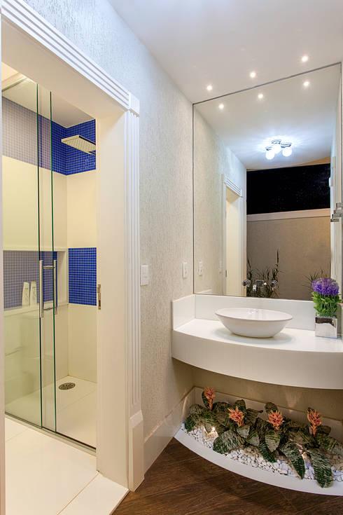 Casa Villa Lobos: Banheiros  por Arquiteto Aquiles Nícolas Kílaris