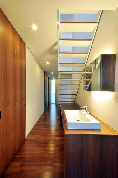 YSM-HOUSE: 門一級建築士事務所が手掛けた廊下 & 玄関です。