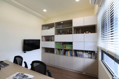 灰色簡約俐落宅:  書房/辦公室 by 微自然室內裝修設計有限公司
