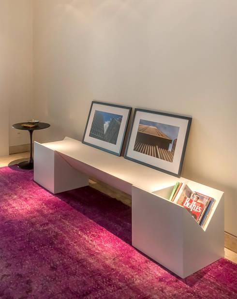 Hall de Entrada clean e minimalista: Corredores e halls de entrada  por Lnormand Interiores