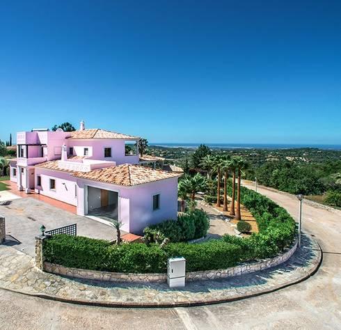 Lux Villa: Casa  por WOW Smart Living