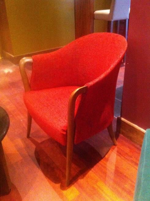 Restaurant Eurobuilding: Salas / recibidores de estilo moderno por THE muebles