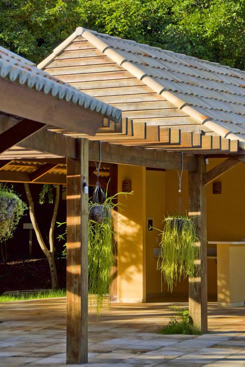 Casas de estilo rústico por Carlos Ribeiro Dantas Arquitetos Associados