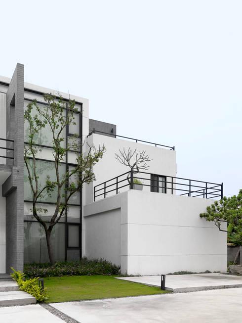 Casas de estilo moderno por 夏沐森山設計整合