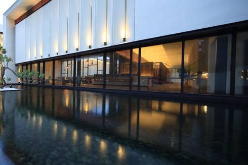 入口景觀池:  展覽中心 by Arcadian Design 冶鑄設計