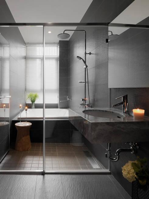 Baños de estilo  por 夏沐森山設計整合