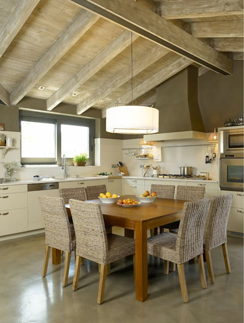 rustic Kitchen by DEULONDER arquitectura domestica