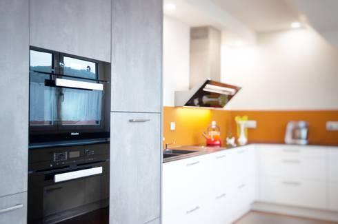 Weiße küche in dachwohnung