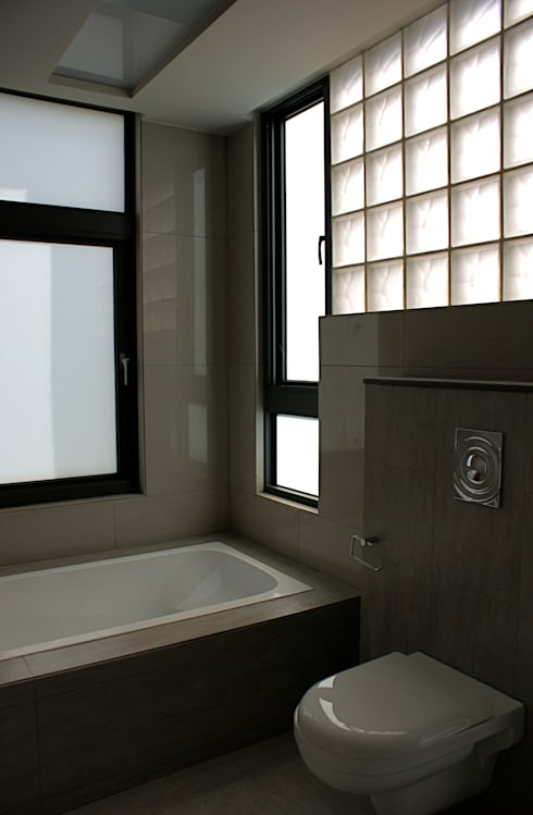 Baños de estilo  por 大也設計工程有限公司 Dal DesignGroup