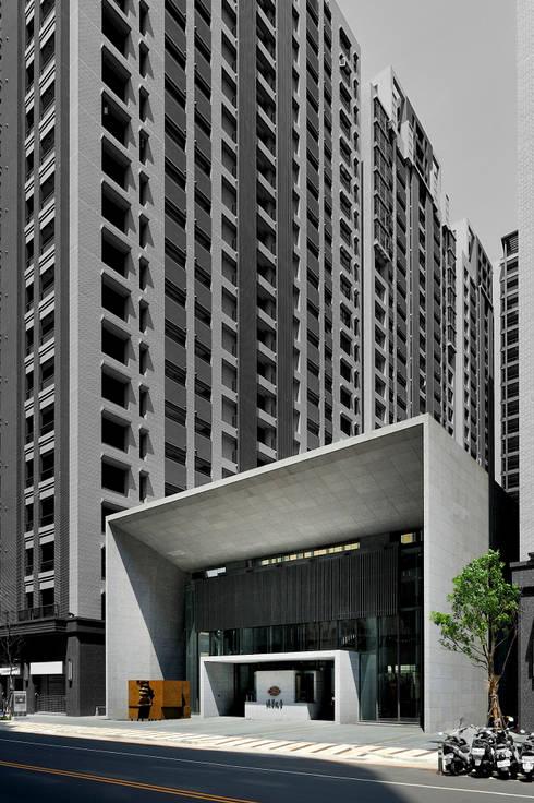 高層建築環繞之下的會館純粹幾何建築量體:   by Arcadian Design 冶鑄設計