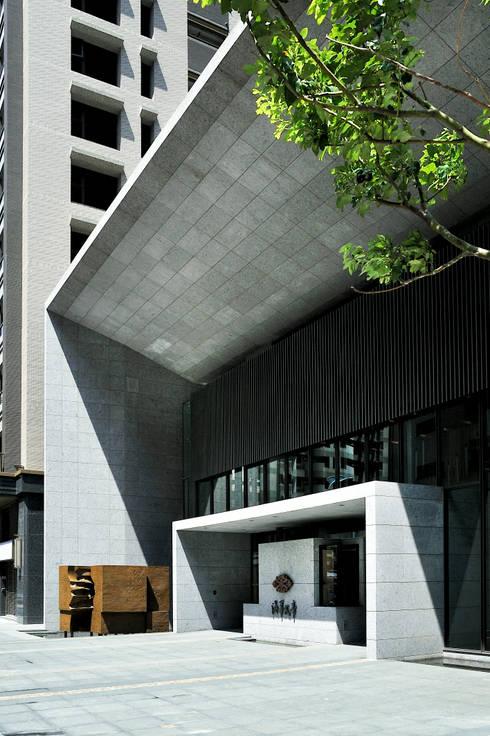 午後的陽光形塑出主入口雕刻般的量體質感:   by Arcadian Design 冶鑄設計
