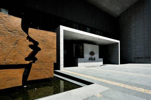 入口零二設計製作的公共藝術「盤古開天」:   by Arcadian Design 冶鑄設計