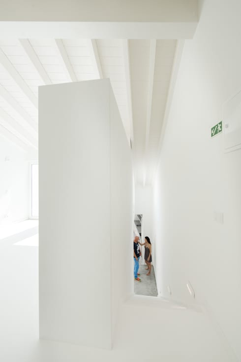 minimalistic Corridor, hallway & stairs by studioarte