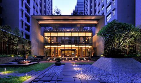 石材框架與玻璃帷幕量體組構而成之會館中庭向立面:   by Arcadian Design 冶鑄設計