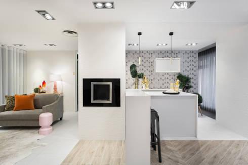 Urban Glam House: Cozinhas modernas por ÀS DUAS POR TRÊS