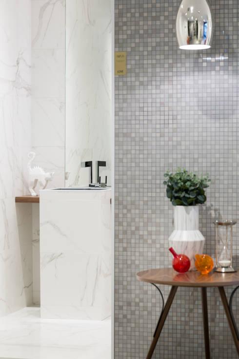 Urban Glam House: Casas de banho modernas por ÀS DUAS POR TRÊS