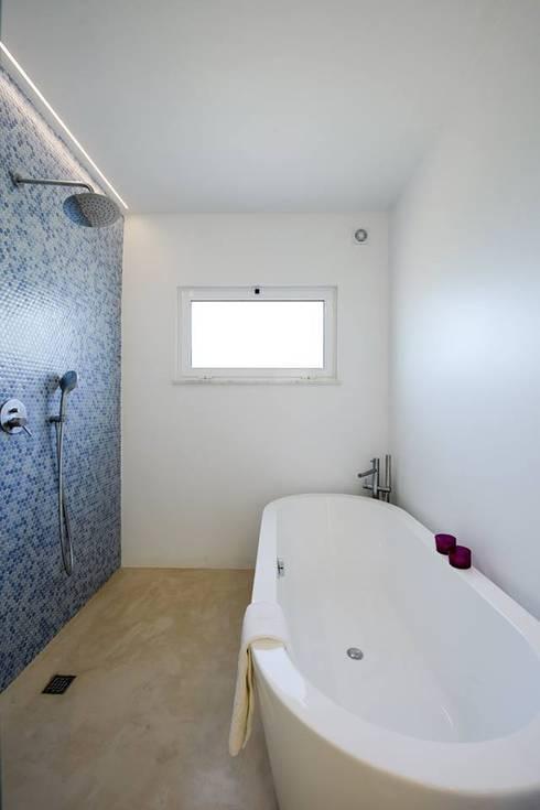 minimalistic Bathroom by studioarte