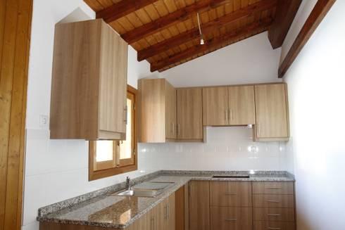 Kitchenette para uma casa de campo em madeira Ecositana: Cozinhas campestres por ECOSITANA - Casas de Madeira Portugal
