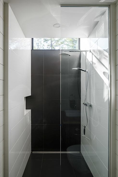 Lac St. Sixte Summer Residence: modern Bathroom by Flynn Architect