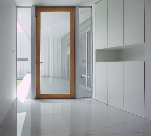 薩摩川内の住宅: アトリエ環 建築設計事務所が手掛けた廊下 & 玄関です。