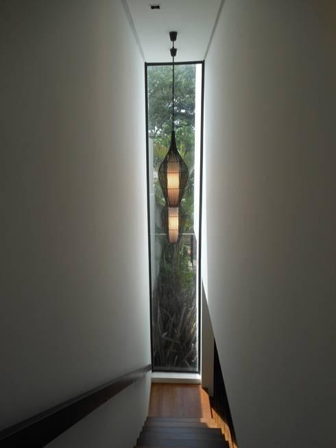 Pasillos y recibidores de estilo  por Cláudia Legonde
