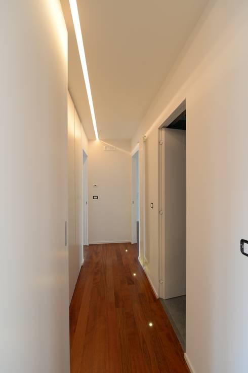 Pasillos y recibidores de estilo  por yesHome