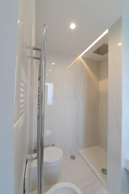 Baños de estilo moderno por yesHome