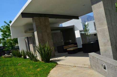 RESIDENCIA LAS MONTAÑAS: Salas de estilo moderno por TREVINO.CHABRAND | Architectural Studio
