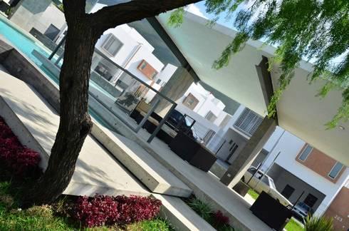 RESIDENCIA LAS MONTAÑAS: Jardines de estilo moderno por TREVINO.CHABRAND | Architectural Studio