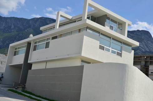 RESIDENCIA LAS MONTAÑAS: Casas de estilo moderno por TREVINO.CHABRAND | Architectural Studio