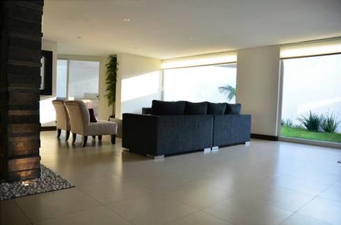 RESIDENCIA SAVOTINO: Salas de estilo moderno por TREVINO.CHABRAND | Architectural Studio