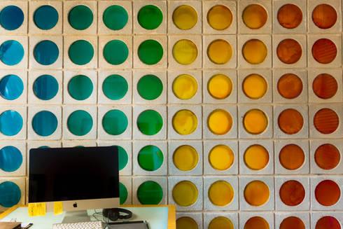 Muro en colores : Estudios y despachos de estilo moderno por Arquitectura Positiva