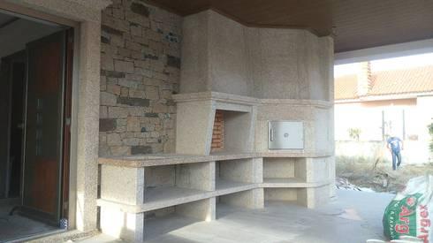 Churrasqueira e forno: Casa  por Fenortil by Ignea