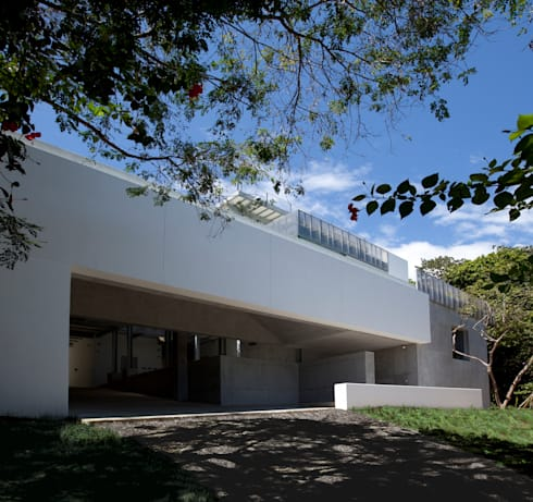 Casa Torcida: modern Houses by SPG Architects