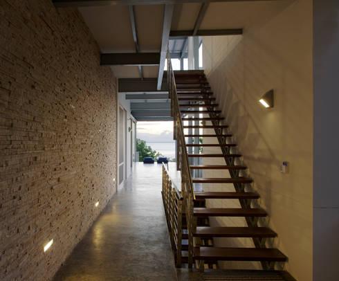 Casa Torcida:  Corridor & hallway by SPG Architects