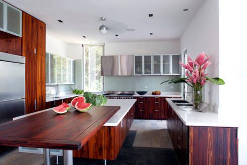 Casa Torcida: modern Kitchen by SPG Architects