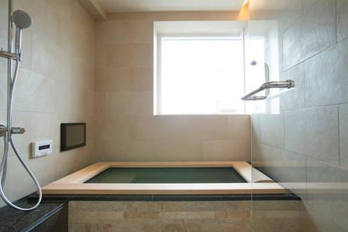 和モダン浴室: 株式会社井蛙コレクションズが手掛けた浴室です。