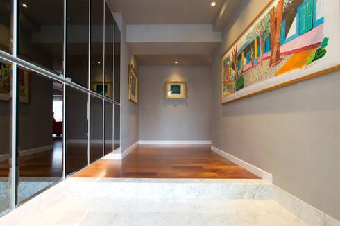 アートギャラリー: 株式会社井蛙コレクションズが手掛けた廊下 & 玄関です。